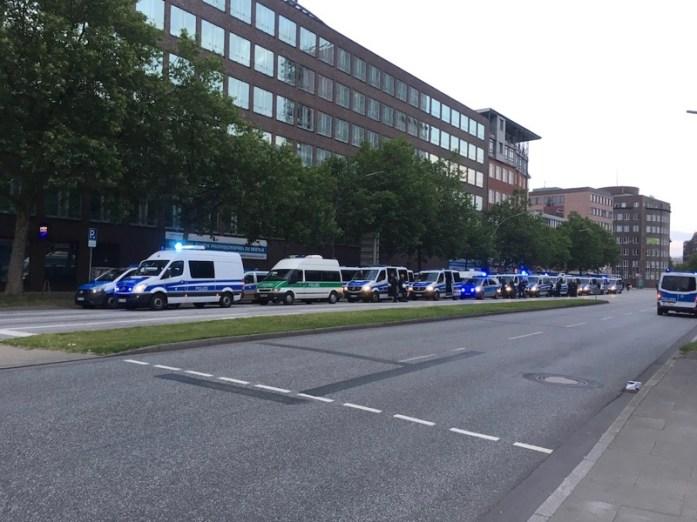Foto der Willy-Brandt-Straße in Hamburg - es stehen viele Polizeifahrzeuge auf einer Straßenseite