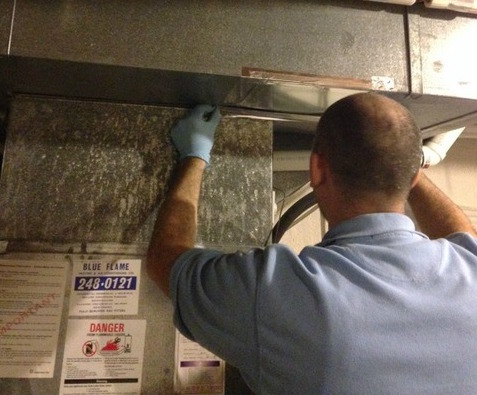 416-SO-CLEAN technician preforming a duct cleaning