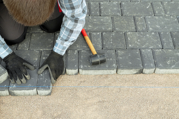 pro laying pavers with string