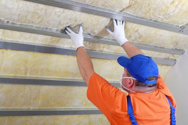 pro installing insulation