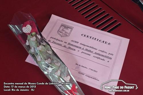 As mulheres que chegaram em carros antigos receberam uma rosa e um certificado. Gentileza e homenagem prestada pelo grupo AGMH.