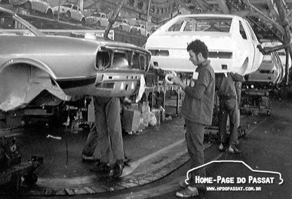 Passat TS 77-78 sendo montado na Volkswagen. É possível ver com clareza o recorte dos faróis.