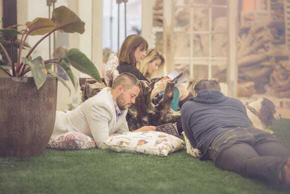 Stokpisch beeld van een groep mensen die tijdschriften buiten lezen