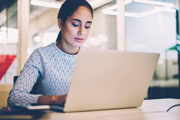 يقوم المسوق بإجراء بحث عن الكلمات الرئيسية للعثور على أفضل الكلمات الرئيسية لاستراتيجية تحسين محركات البحث