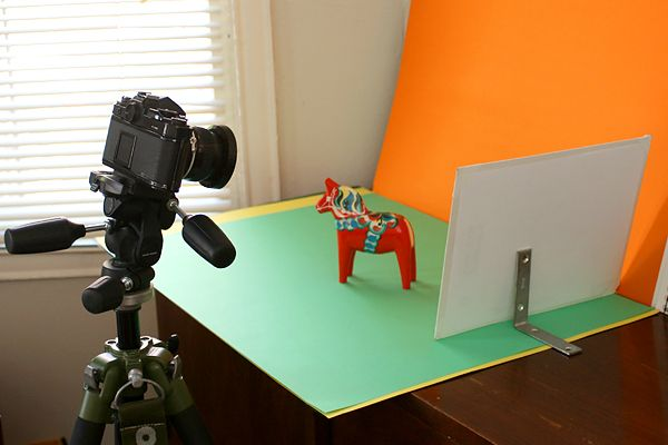 Scheda di rimbalzo autonoma installata dietro un cavallo in miniatura per scattare fotografie di prodotti in condizioni di luce soffusa