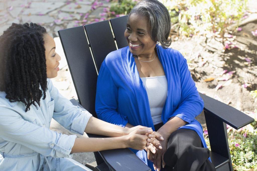 Mãe e filha sentadas no jardim conversando.
