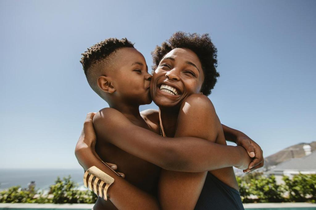 Mãe e filho se abraçando.