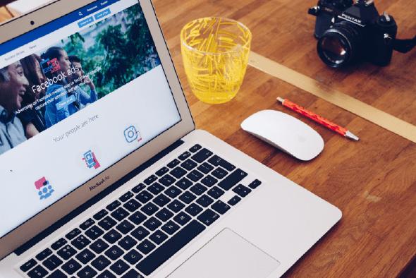 lap top sobre escritorio navegando en redes sociales
