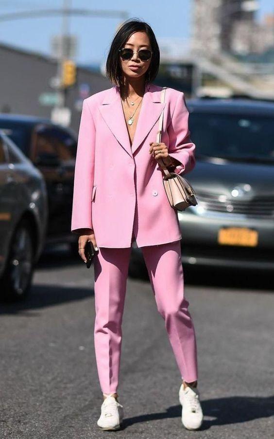 Look femme avec basket tailleur rose