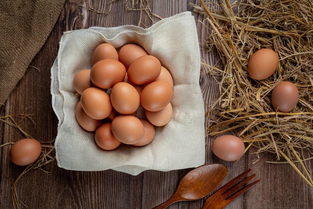 Uma cesta de ovos vemelhos