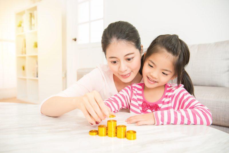 Mengenalkan Konsep Uang Pada Anak agar Rajin Menabung
