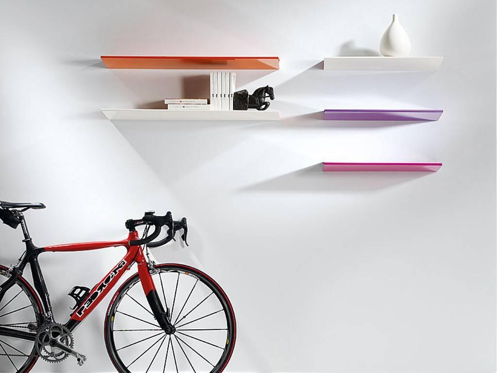 Uno scaffale a muro design per aggiungere un tocco grafico a una camera,. Mensole Da Muro Un Tocco Di Design Per Le Pareti