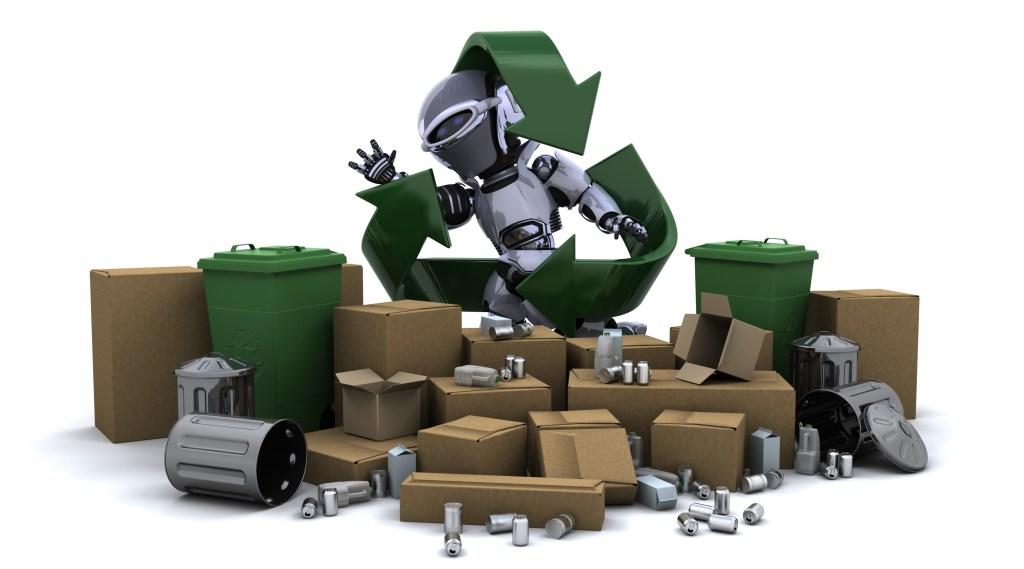 Imagem criada digitalmente. No chão, identificamos a presença de caixas de papelão diversas, latas de lixo metálicas, latinhas semelhantes a de refrigerantes e latas plásticas de lixo verde. Ao centro, temos um robô prateada de frente, com a cara para o lado. sua mão esquerda esta levantada e aberta. O robô está envolto pelo símbolo das 3 setas da reciclagem.