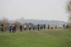 Läufer auf dem Deich Richtung Kloster