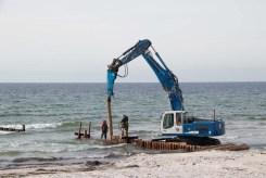 Neue Buhnen werden am Strand in Vitte auf Hiddensee gerammt