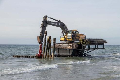 Buhnen werden am Strand in Vitte auf Hiddenseegezogen
