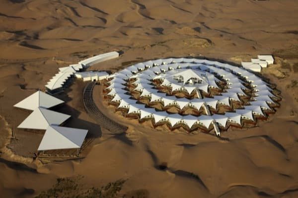 Hotel-Lotus-arquitectura-prefabricada-desierto-vista aérea