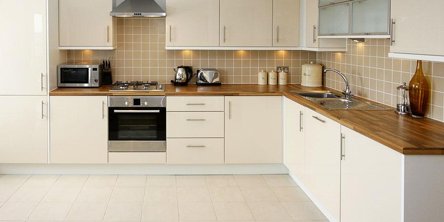 un carrelage clair dans la cuisine est il une mauvaise idee izi by edf