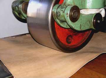 Cylindrage des semelles en cuir