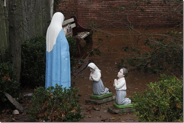 praying statues 2