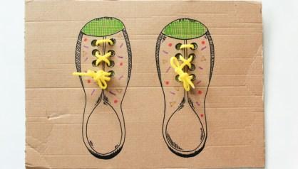 Modelo de papelão para aprender a amarar os sapatos.
