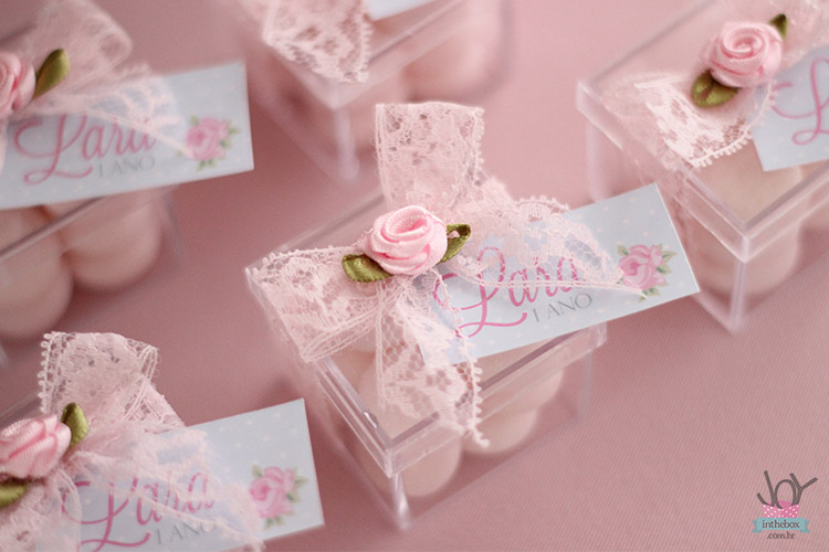 Primeiro ano da Lara Shabby Chic  Joy in the box