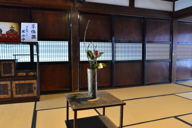 Incing the smal room next to the inside entrance hall, there are a total of three interconnected tea rooms. By simply removing the sliding doors it can be made into a single 37 tatami-mat room.