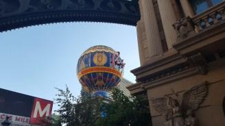 Une fausse montgolfière près de l'hôtel