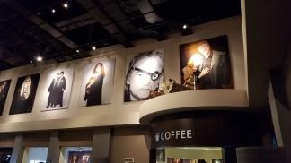 Les portraits des acteurs dans le hall