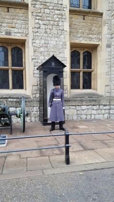 Les gardes autour de l'entrée de la salle des Joyaux de la Reine