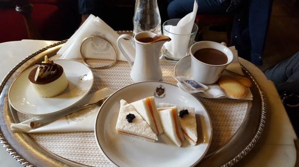 Tiramisu, chocolat chaud et mini-sandwiches
