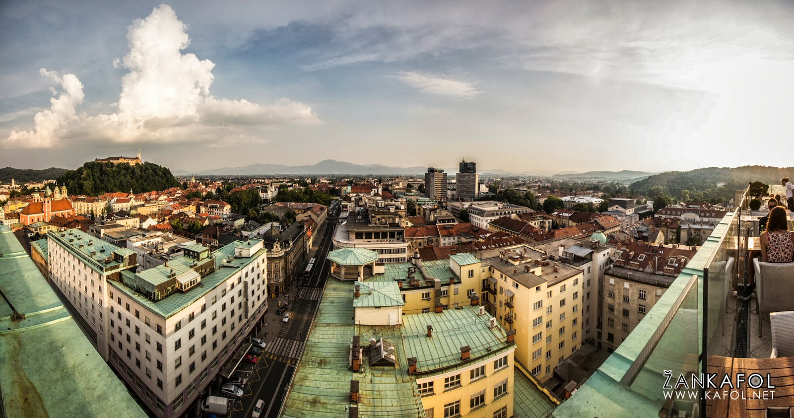 Grajski hrib in Ljubljanski grad iz nebotičnika