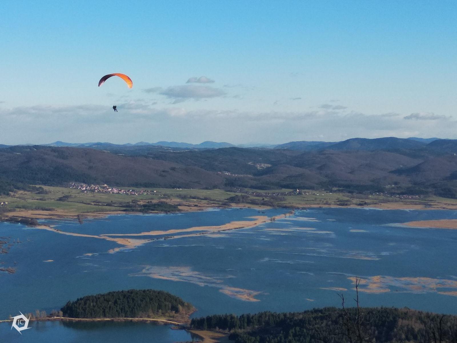 Letenje s padalom nad Cerkniškim jezerom