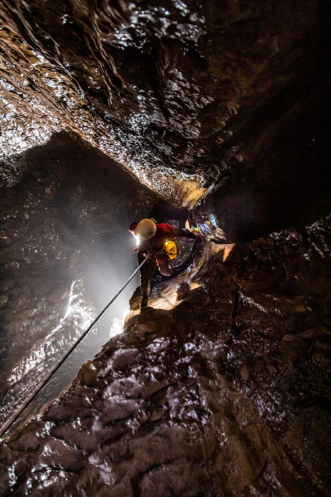 Ana na vrvi v Ocizeljski jami