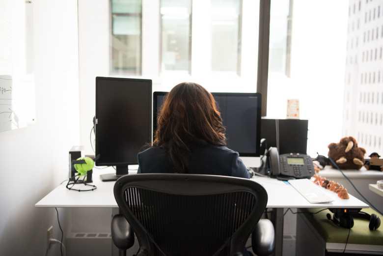 Frau im Büro auf der Arbeit