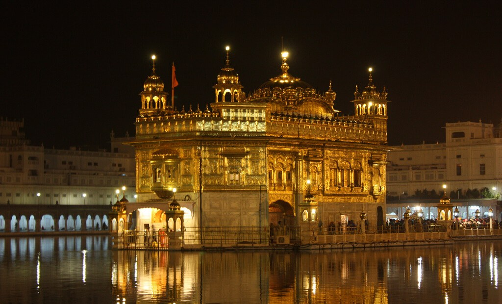 The Golden Temple at night. Photo by Arian Zwegers.