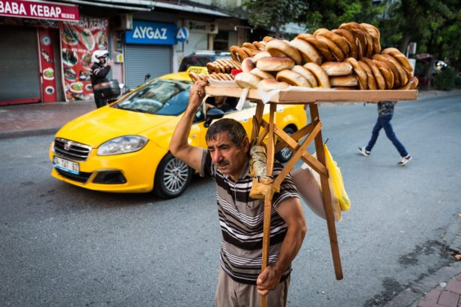 Man carrying bread for an article on Istanbul street photos
