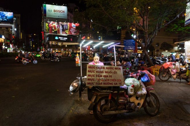 Street vendor at night for article on Ho Chi Minh City street photos