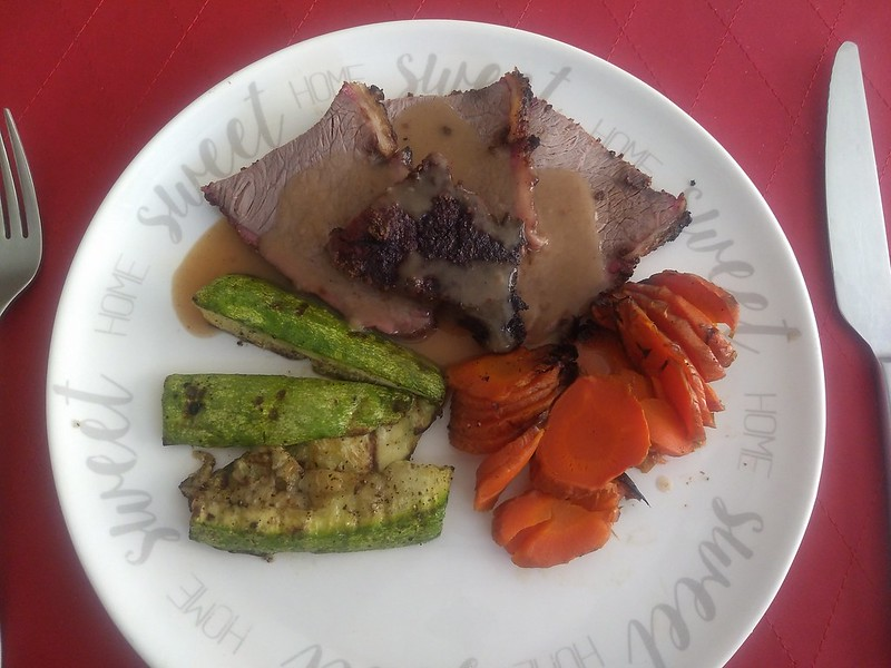 Picaña with gravy, grilled zucchini and carrots.