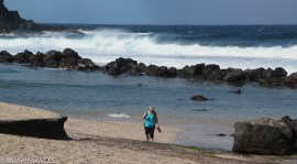 """Pour permettre la baignade, des """"piscines"""" ont été aménagées sur le bord de la plage"""