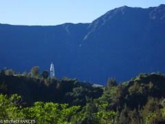 Le clocher de Cilaos dans son décor majestueux