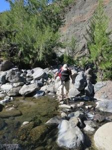 Passage du gué sur la rivière des Galets
