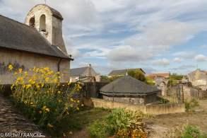 Le clocheton de la chapelle souterraine émerge près de la chapelle actuelle