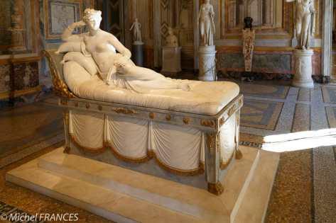 Portrait de Pauline Bonaparte en Vénus Victrix Par Canova. Elle fut un temps mariée à un Borghese, ça aide.