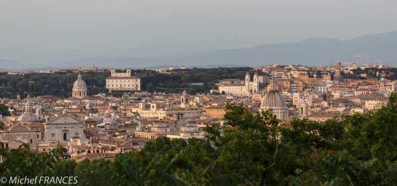 Au fond, on reconnaît la Villa Médicis et l'église della Trinita dei Monti, ainsi que les deux tours de la galerie Borghese au-dessus de la verdure