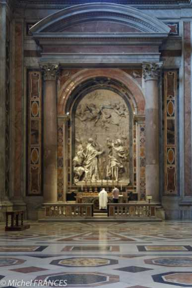 Beaucoup de prêtres célèbrent leur messe, souvent seuls sous les décors sublimes