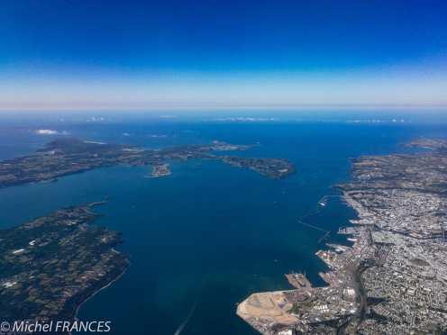 En survolant Brest, une belle surprise : cette vue aérienne où l'on distingue nettement le tracé de la presqu'île de Crozon, le goulet, la rade et Brest