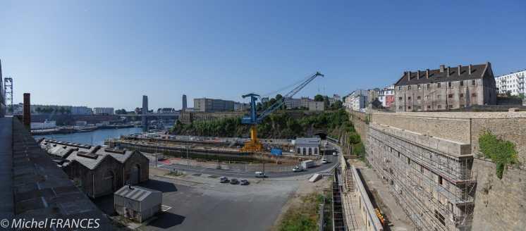 À Brest, une vue inédite (pour moi) sur le port militaire, prise depuis le Plateau des Capucins récemment restitué par la Royale à la vie civile. À droite, l'ancienne prison de Pontaniou.