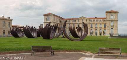 Marseille - 84 arcs emblématiques du travail de Bernar Venet ont été installés dans les jardins du Pharo à l'occasion de l'année capitale.