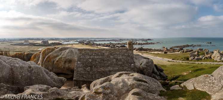 Ménéham et son corps de garde niché dans le granite